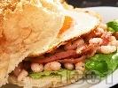 Рецепта Американски сандвич с яйце, бекон, салата айсберг и боб